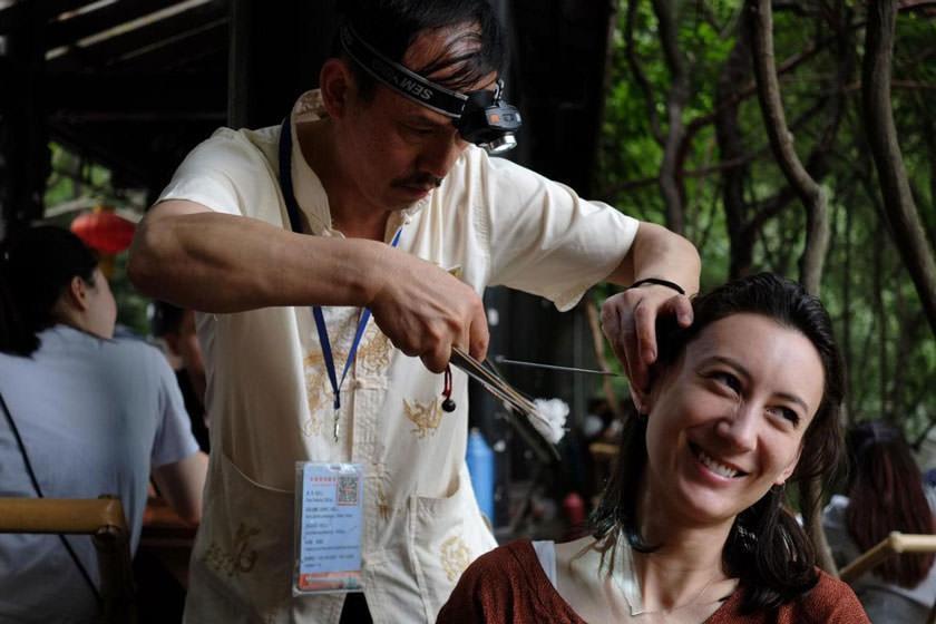 با سنت عجیب پاک کردن گوش در چین آشنا شوید