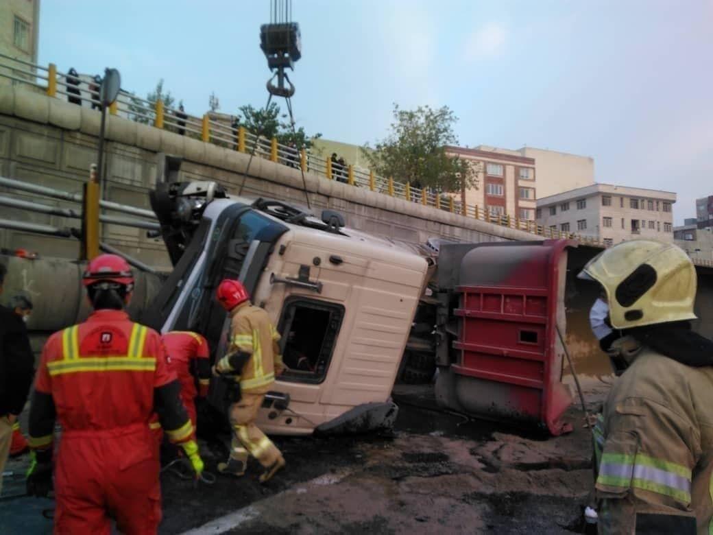 واژگونی تریلی در تهران جان راننده&zwnjاش را گرفت